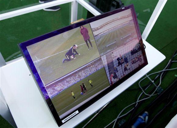 El video arbitraje debutó en el Mundial de Clubes de la Fifa, pero tuvo jugadas polémicas. (Foto Prensa Libre: Hemeroteca)