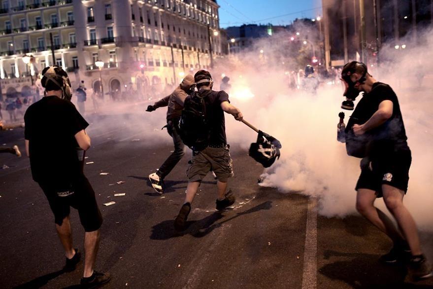El acuerdo con la Unión Europea para un rescate de Grecia generó protestas que terminaron en enfrentamientos. (Foto Prensa Libre: AFP).