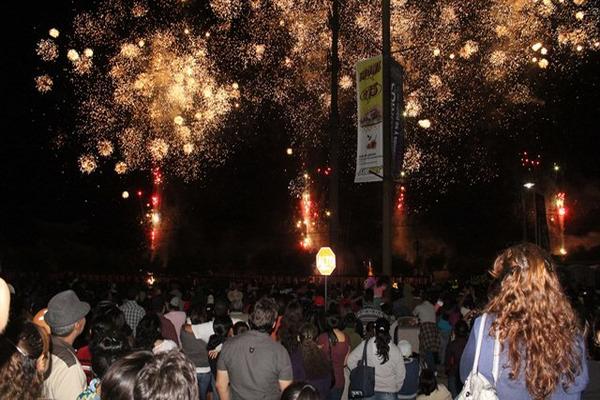 """<p>Miles de personas acudieron a un centro comercial chiquimulteco para observar los fuegos artificiales. (FOTO PRENSA LIBRE: Julio C. Vargas)<br _mce_bogus=""""1""""></p>"""