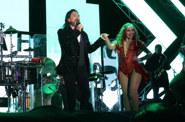 Las coreografías con las bailarinas fueron parte del show que se disfrutó en el concierto. (Foto Prensa Libre: Raúl Juárez)