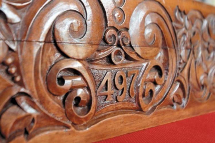 La caja tallada en madera lleva el número de cadete de Árbenz.