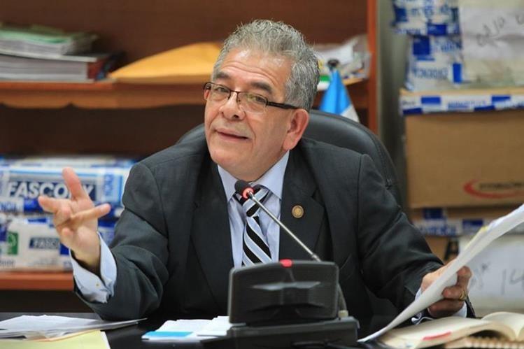 Juez Miguel Ángel Gálvez resuelve las excepciones presentadas por la defensa de procesados, previo a presentar los argumentos de su resolución. (Foto Prensa Libre: Esbin García)