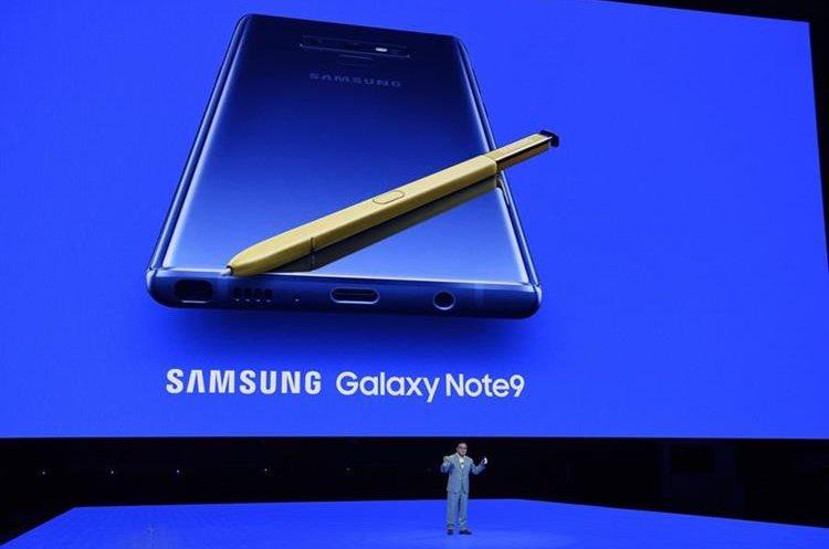 Samsung presentó el nuevo Samsung Galaxy Note 9. Una de las novedades es el S-Pen, que vendrá en color amarillo para los celulares en color azul. (Foto Prensa Libre: AFP).