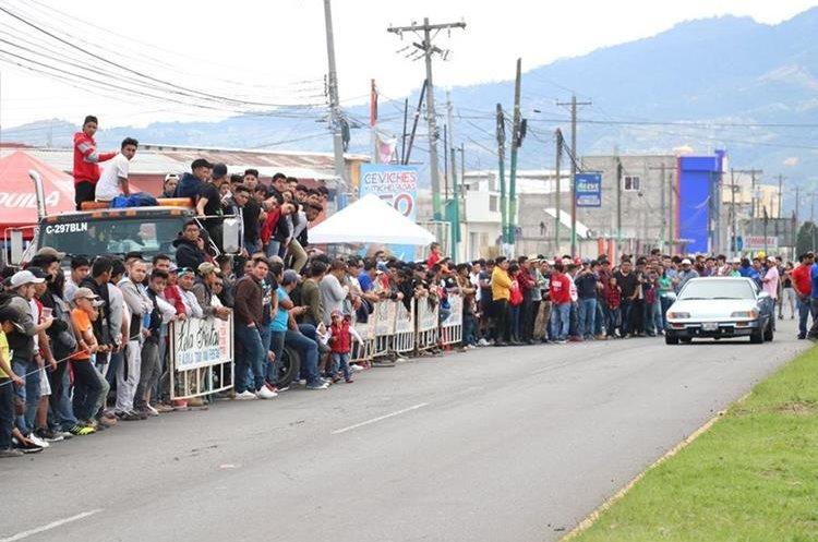 Aficionados al automovilismo disfrutaron de las carreras a máxima velocidad. (Foto Prensa Libre: Raúl Juárez)