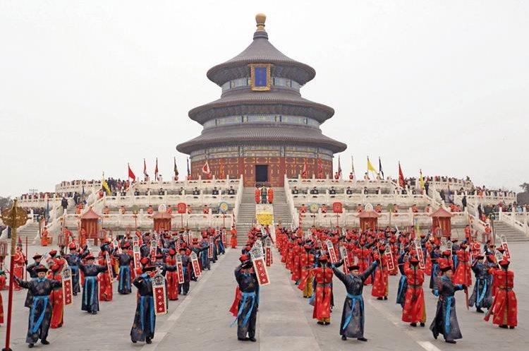 Varias personas visten trajes tradicionales durante el ritual del Sacrificio del Cielo en el Templo del Cielo durante la celebración del Año Nuevo Lunar en Pekín, China.