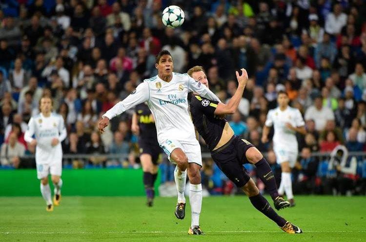Rafael Varane cubre la pelota del delantero Harry Kane.