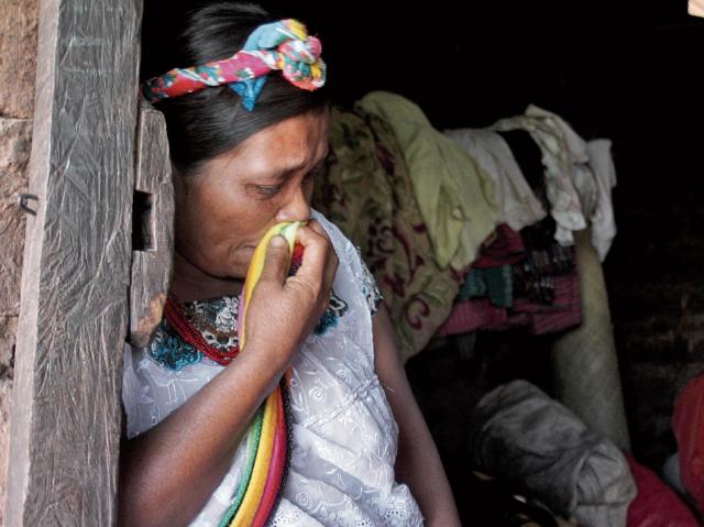 María Pérez Jiménez llora al recordar la muerte de uno de sus hijos a causa de la desnutrición.