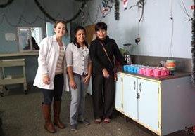 Aunque no pudo verlos, Sofía —centro— tuvo la satisfacción de haber ayudado a los infantes. (Foto Prensa Libre: Juan Carlos Rivera)