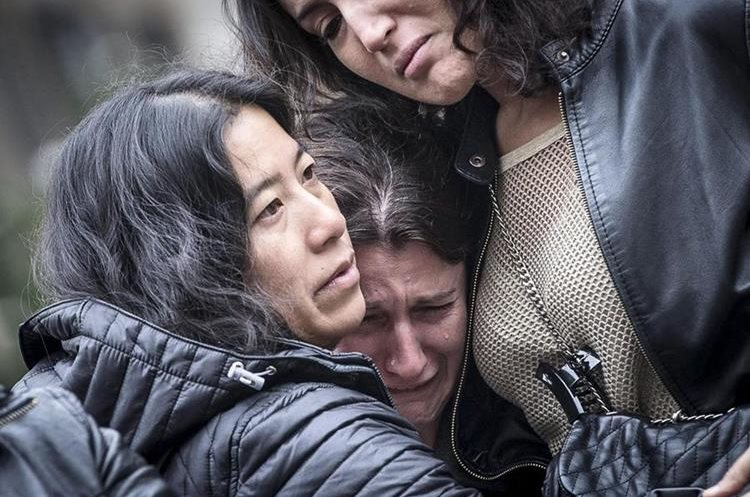 . Rome (Italy), 14/11/2015.- Women comfort each other as they stand in front of French Embassy in Rome, Italy, 14 November 2015. At least 120 people have been killed in a series of attacks in Paris on 13 November, according to French officials. Eight assailants were killed, seven when they detonated their explosive belts, and one when he was shot by officers, police said. (Roma, Francia, Italia) EFE/EPA/ANGELO CARCONI