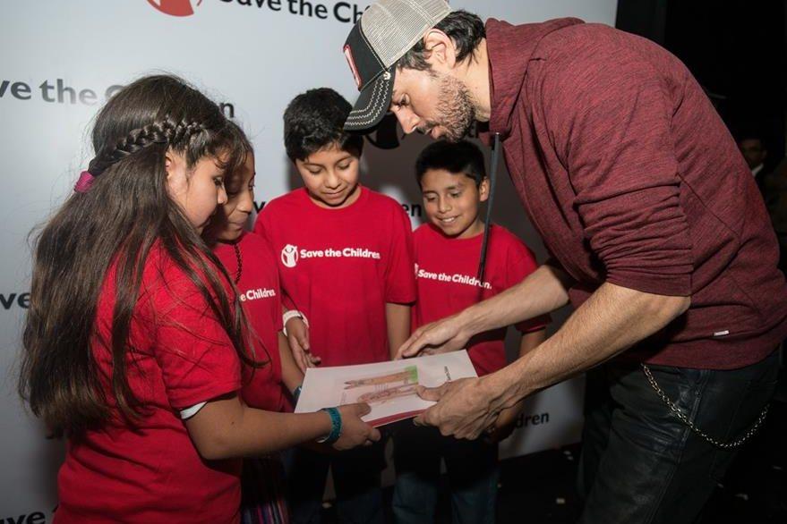Niños del proyecto Idea de Save the Children entregaron a la estrella española algunos dibujos realizados por ellos. (Foto Prensa Libre: Cortesía Save the Children)