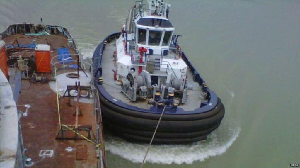 El nuevo canal depende de remolcadores para conducir a los navíos. UCOC
