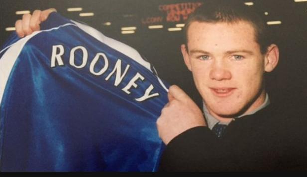 Un joven Rooney posando con la camiseta de Everton cuando firmó su primer contrato profesional.