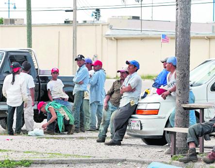 Trabajadores hispanos esperan trabajo temporal en las calles de Estados Unidos. (Foto Hemeroteca PL).