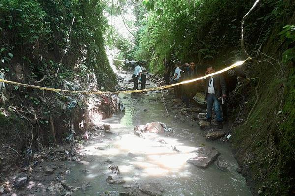 Los cuerpos de dos mujeres fueron localizados en un barranco de la Colonia Paraiso 1 zona 18. (Foto Prensa Libre: Esbin García).