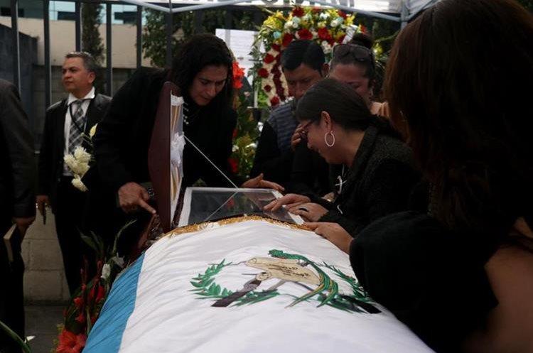 Bandera de Guatemala cubre el féretro con los restos de la víctima