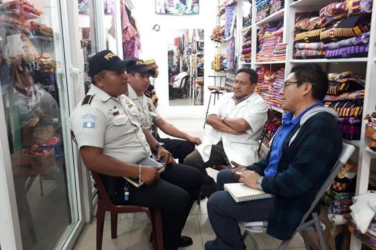 Comerciantes se reunieron el 14 de agosto de este año con agentes de la Policía Nacional Civil para solicitar patrullajes. (Foto Prensa Libre: Fred Rivera)