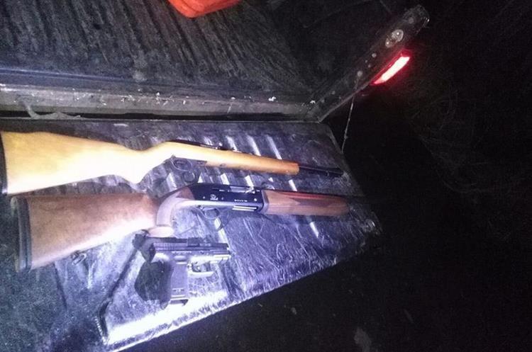 Armas que la turba les decomisó a los presuntos asaltantes. (Foto Prensa Libre: Enrique Paredes).