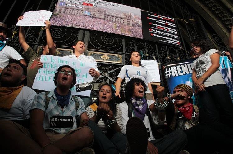 El 25 de abril comenzaron las manifestaciones frente al Palacio Nacional, exigiendo la renuncia de Roxana Baldetti. (Foto Prensa Libre: Hemeroteca PL)