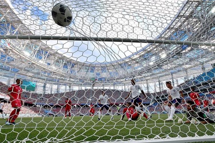 Momento en el que John Stones anota uno de sus dos goles, frente a Panamá. (Foto Prensa Libre: EFE)