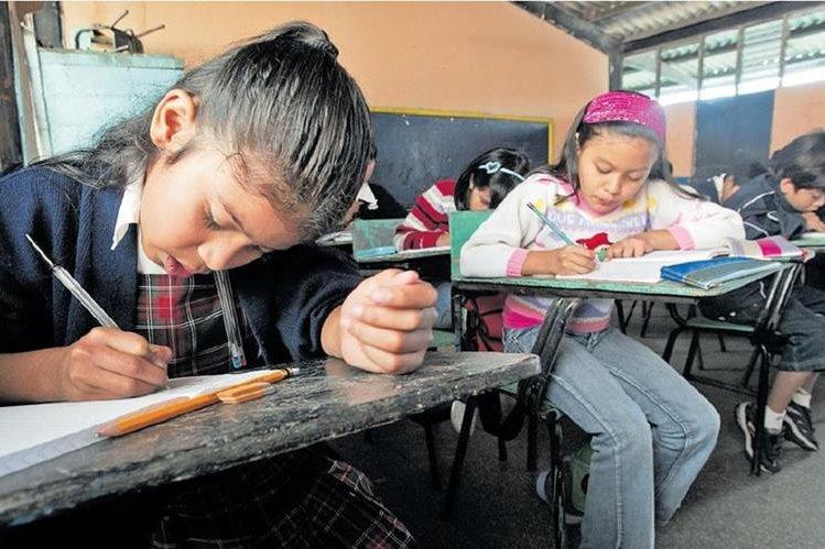 El ciclo escolar en las escuelas públicas concluirá el 27 de octubre próximo, como parte de las medidas de ampliación del Ministerio de Educación. (Foto Prensa Libre Hemeroteca PL)