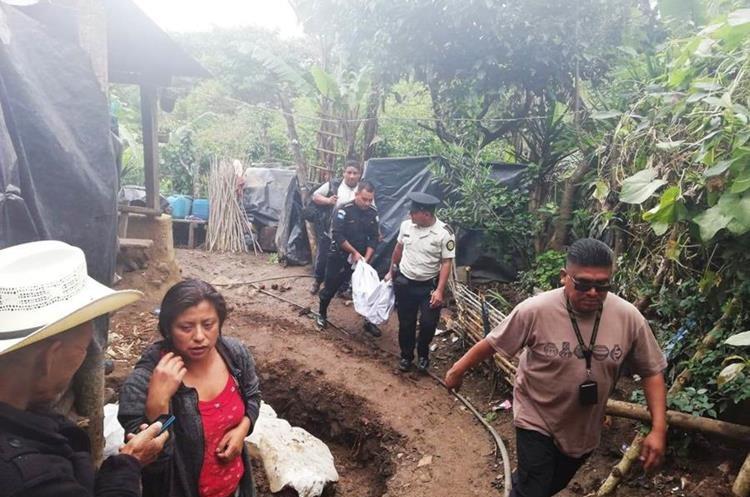Fiscales del Ministerio Público recaban evidencias en la vivienda donde hallaron muerto a un bebé de 11 meses. (Foto Prensa Libre: Mario Morales)