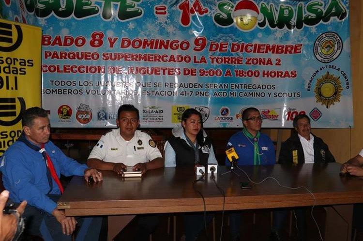 Personal de bomberos Voluntarios, Asociación Creatividad y Desarrollo, Policía Nacional Civil y Casa Scout informan sobre la maratón del juguete que se realizará este fin de semana en Xela. (Foto Prensa Libre: Raúl Juárez)
