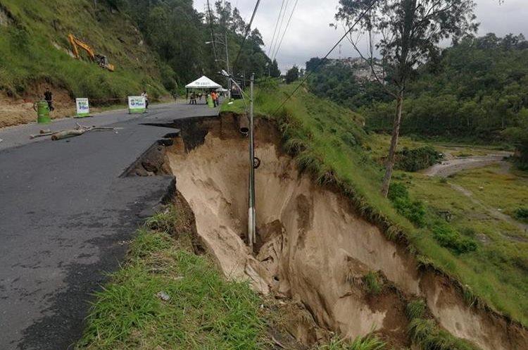 Un socavamiento se registró en la carretera que conecta Villa Lobos con Ciudad San Cristóbal. (Foto Prensa Libre: Hemeroteca PL)