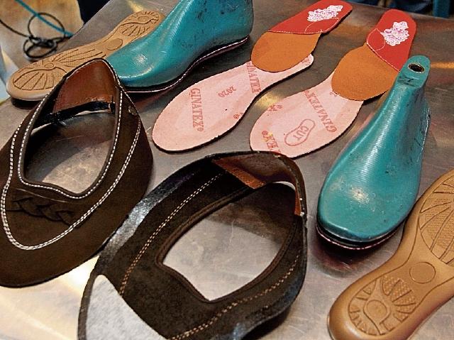 Se prepara  el conjunto de piezas necesarias para ensamblar un par de zapatos.