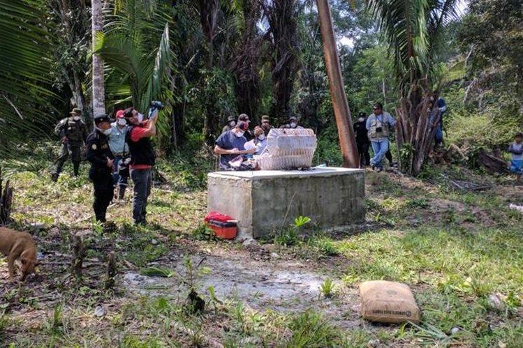 La exhumación se llevó a cabo en el camposanto de la comunidad Bolivia El Colorado, en Sayaxché. (Foto Prensa Libre: Rigoberto Escobar)