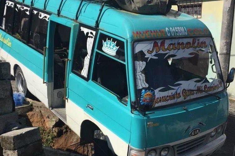 El bus de Xinabajul estuvo a punto de caer al barranco. (Foto Prensa Libre: Bomberos de Colomba Costa Cuca)