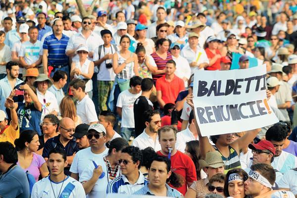 Cientos de guatemaltecos exigieron la renuncia de la vicepresidenta Roxana Baldetti desde el 25 de abril último