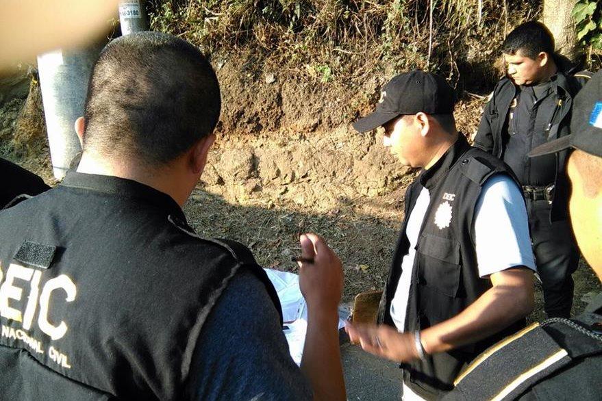 Investigadores de la PNC recolectan evidencia para determinar la identidad de la víctima. (Foto Prensa Libre: Estuardo Paredes)