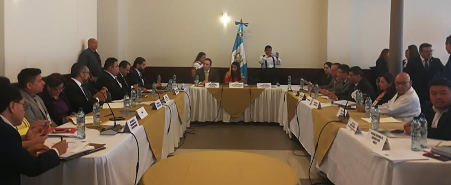 En una mesa de trabajo en el Congreso de la República, el Ministro de Salud presentó un plan de aumento salarial para los más de 50 mil trabajadores de la cartera. (Foto Prensa Libre: Ana Lucía Ola)