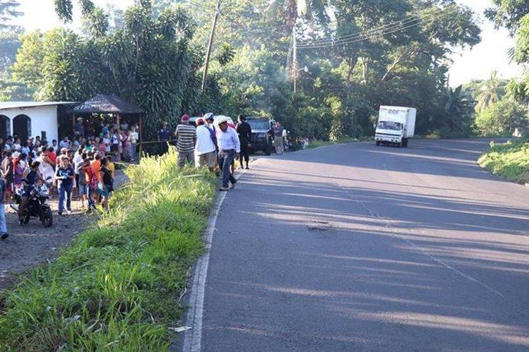El accidente ocurrió en un área donde hay una curva peligrosa. (Foto Prensa Libre: Cristian Icó)