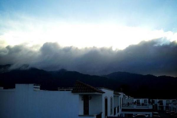 <p>Mañana nublada en Boca del Monte. (Foto cortesía de usuario de Twitter @ChojolanOmar)</p>