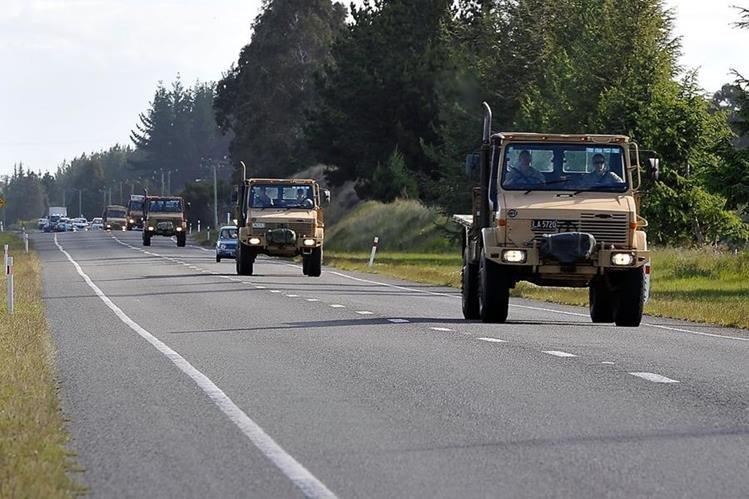 Un convoy del ejército se dirige a Kaikoura para traer los suministros necesarios para la ciudad después del terremoto del 14 de noviembre último. (Foto Prensa Libre: AFP).