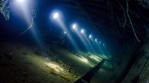 """Restos del buque Giannis D cerca de Egipto. """"Un sitio en el que penetra la luz a través de perforaciones es un fondo muy atractivo para las fotos"""", según Nyberg. Foto: Anders Nyberg"""