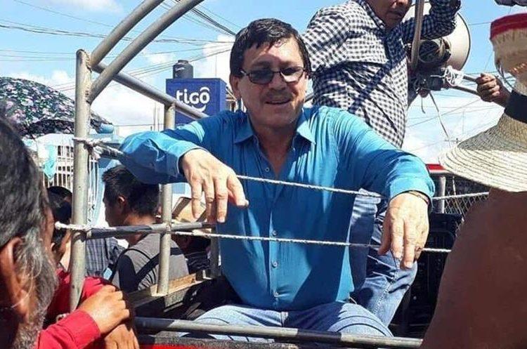 Raúl Gutiérrez, de lentes, es subido a un picop y trasladado a San Antonio Tzejá, para reunirse con los comunitarios del lugar. (Foto Prensa Libre: Joel Pérez).