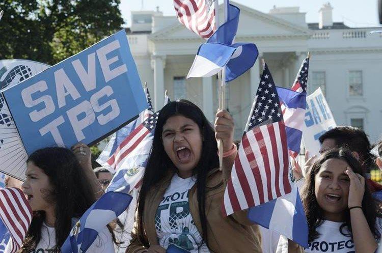 """Grupo de personas gritan consignas bajo el lema """"Salvemos TPS"""" en Washington. (EFE)."""