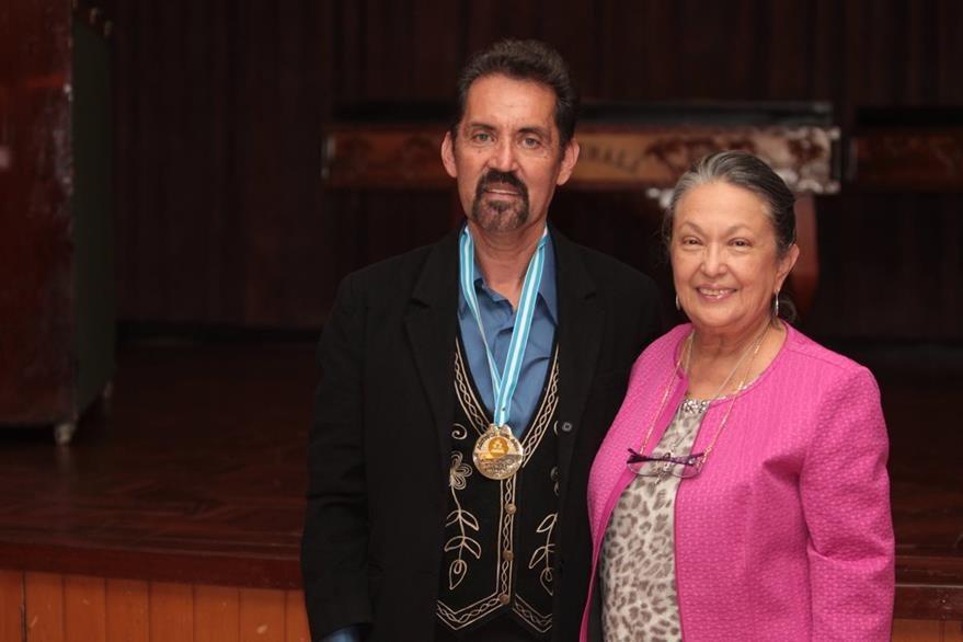 Héctor Leal recibió la medalla por su trayectoria artística en teatro.Correspondió imponer la condecoración a María Mercedes de Blank, presidente de Prensa Libre: (Foto Prensa Libre: Edwin Castro)