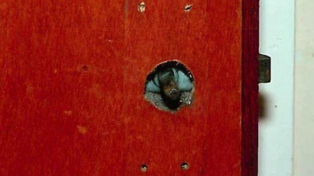 La perilla de la puerta fue retirada por Keith Baker. POLICÍA DE IRLANDA DEL NORTE