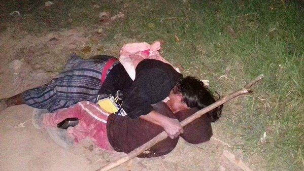 La mujer, de unos 45 años, y su hijo de entre 4 y 5 dormían en una calle del cantón Barrios, Olintepeque, Quetzaltenango. (Foto Prensa Libre: Stereo100)