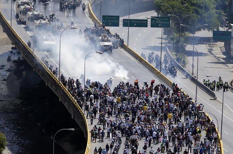 Las violentas protestas siguen en Venezuela. (Foto Prensa Libre: AP)