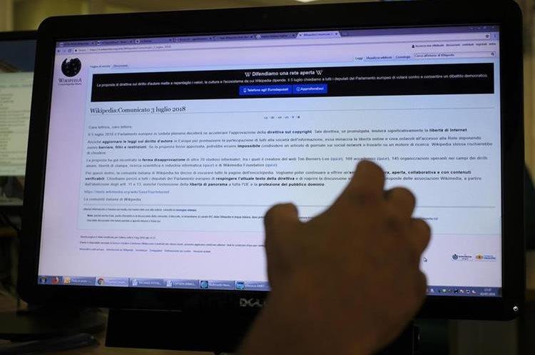 La versión italiana de Wikipedia cerró temporalmente para protestar contra la nueva directiva sobre derechos de autor de la Unión Europea (Foto Prensa Libre: EFE).