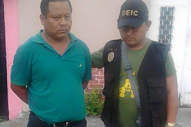 El guardia fue detenido dentro del Sistema Penitenciario por la Policía Nacional Civil. (Foto Prensa Libre: PNC)