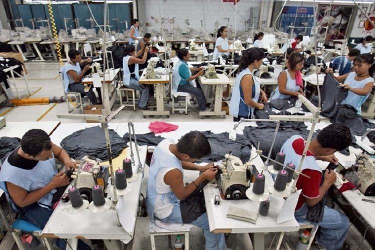 Los trabajadores de la maquila y actividad exportadora gozan de un asalario mínimo menor. (Foto Prensa Libre: Hemeroteca PL)