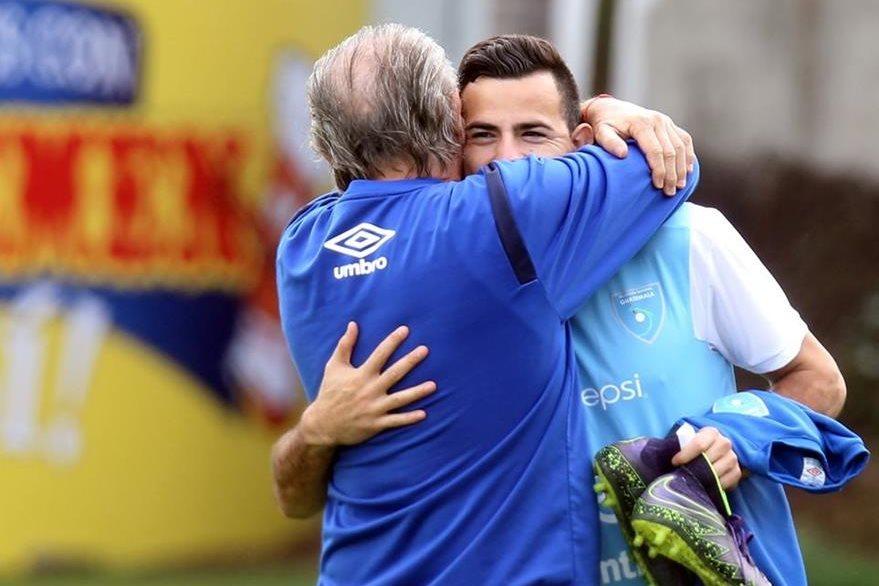 Marco Pablo Pappa saluda a Emilio Mitrovich, en el entreno de la Selección Nacional de futbol, en el Proyecto Goal. (Foto Prensa Libre: Edwin Fajardo)