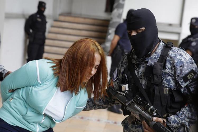 La Patrona permaneció bajo el resguardo de la PNC de El Salvador, antes de ser entregada a autoridades guatemaltecas. (Foto Prensa Libre: EFE)
