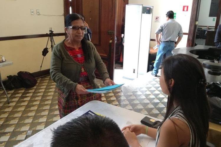 Martha Lares fue la primera en llevar su expediente al Congreso, aspira a la magistratura de conciencia (Foto Prensa Libre: Jessica Gramajo)