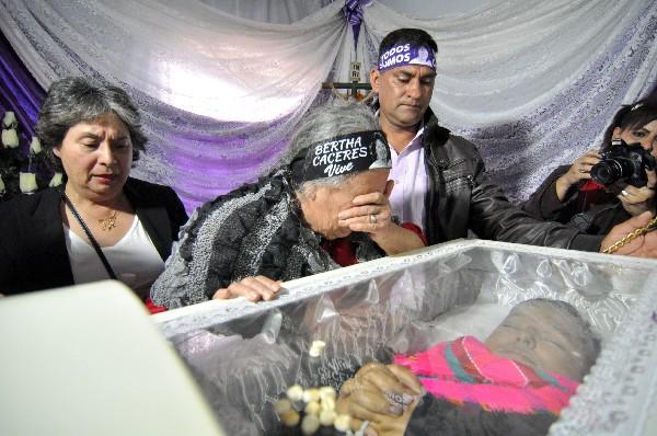 Austra Berta Flores llora junto al féretro de su hija. (Foto Prensa Libre:EFE).